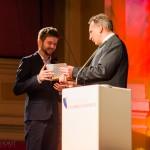Ingo Ludwig Frenzel überreicht den Preis an Nicolai Krepart, Gewinner d. Kategorie Beste Musik im Kurzfilm